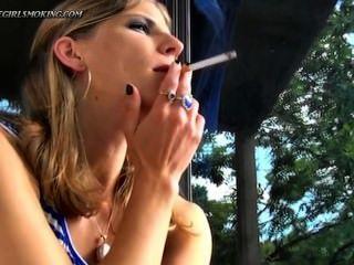 Menina fumar newport 100 cigarros beber cofee thegirlsmoking.