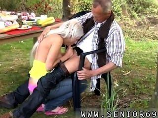 Paul está desfrutando seu café da manhã no jardim com sua nova namorada.