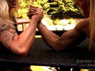 Meninas do músculo que armwrestling