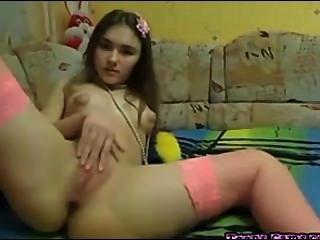 Perfeito legal age adolescente esfrega sua buceta e dedos sua bunda