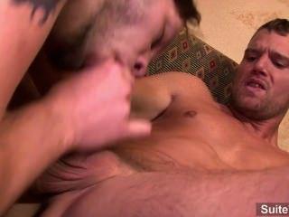 Gay tatuado fica ass fucked bem