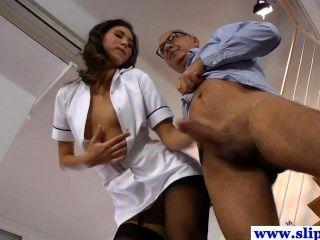 Linda garota de enfermeira de pernas longas em meias pregadas