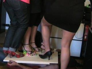 Italiano, mulheres, pisando, alto, calcanhares
