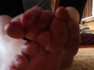 Tammi preto esfrega seus pés e suga em seus dedos do pé