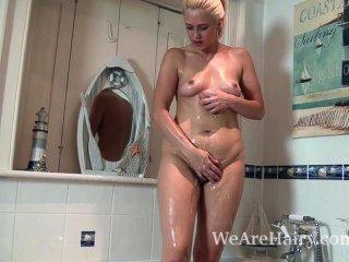 Anna alegria toma um banho de sabão e depois se masturba