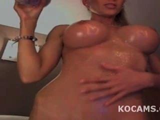 Modelo grande titty provocando e oleado até seu corpo