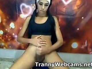 Hot ladyboy adolescente jerks galo em cam