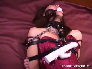 Sexy babe bola oriental amordaçado e embrulhado em correntes