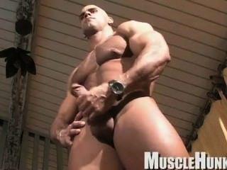 Músculo deus buck branson jerks off no quarto