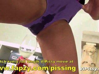 Adolescente kinky tentando mijar enquanto embrulhado em clingfilm