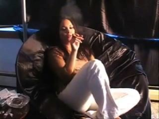 Menina, fumar, charuto, sofá