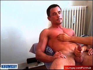 Instrutor de esporte encontrado em um clube de ginástica get wanked apesar dele por um cara!