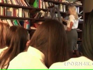 Horny busty blonde professor obter lambeu por ela