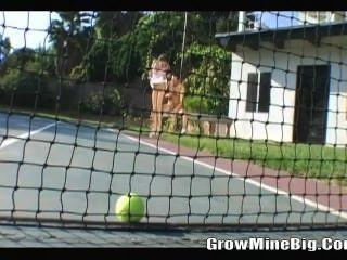 Jogando bola de tênis antes de foder