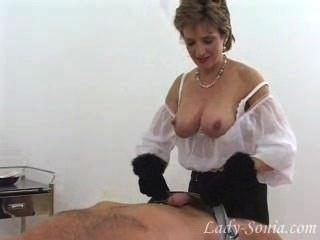 Senhora bonita sonia em luvas de luvas de pele fora escravo dick.