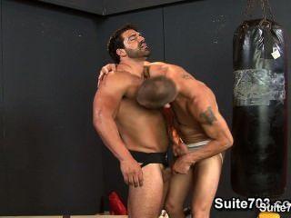 Jocks quentes fodendo seus buttholes apertados no ginásio
