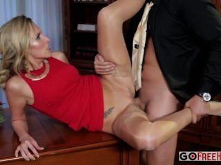 Jenny simons sexy jenny loira em um vestido vermelho fica fodido em uma parte da empresa