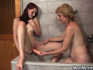 Velho casal fuck teen no banheiro