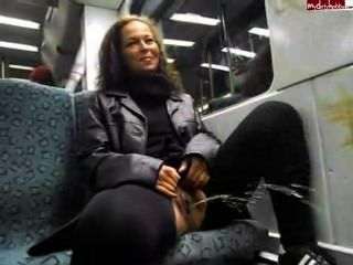 Sarina público mijando
