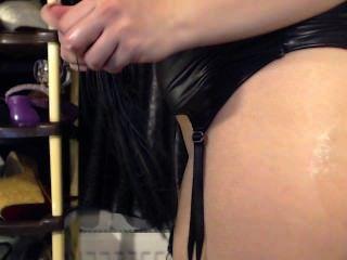 A menina horny sugando um brinquedo enorme e plug seu burro apertado