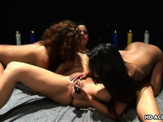 Três amorzinhos doces gostam de brincar com uma buceta molhada