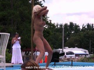 Meninas sensuais ficando nu e stripping em público