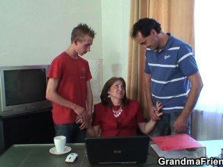 Threesome quente da avó no escritório