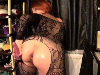 Garota horny chupar, anal, esticando o seu asshole e brincando com covinha peluda
