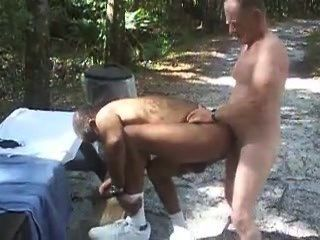 Gbm sucks cock e fica fodido ao ar livre!