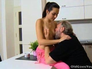 Velho vai lora jovem e seu homem estão na cozinha