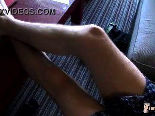 O menino bonito mostra-nos seus pés quentes!