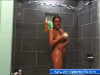 Maria sem roupa no chuveiro