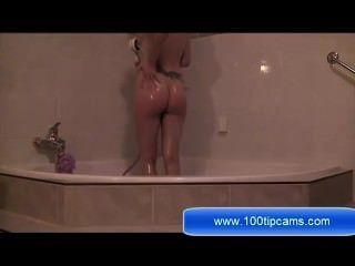 Morena nadia masturbação no banheiro