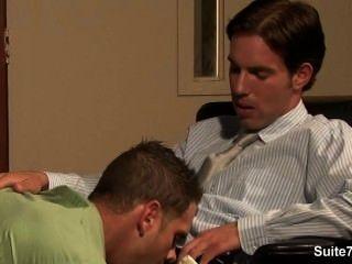 Gay travesso obtém butt pregado e cummed no trabalho