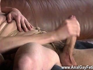 Gay clip de chutar para trás no sofá, zacary é incapaz de recusar como matt
