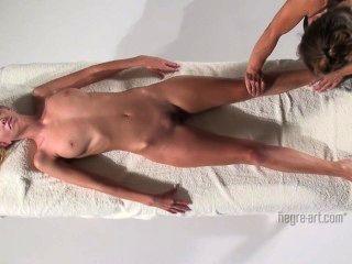 Coxy recebe massagem corporal feliz
