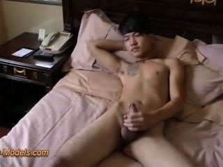 Tatuagem ruim garoto asiático idiota