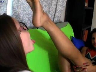 Duas lésbicas lambendo os pés