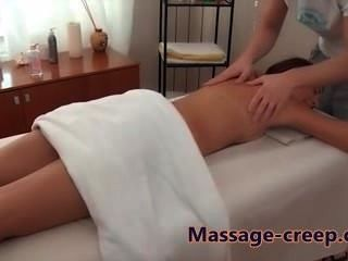 Sexy babe recebe uma massagem pussy