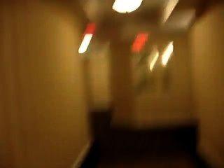 Nu no corredor do hotel e quase pegou