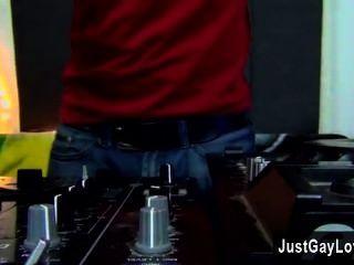 Gay orgy sexy jovem dj andy kay está trabalhando suas habilidades nos decks e