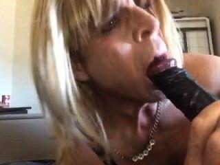 Sandra gosta de descascar para baixo para sua lingerie e chupar galo preto