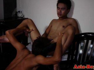 Jovens asiáticos twinks desfrutar chupar galo