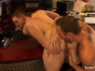 Lusty gays lick e hump burros no escritório