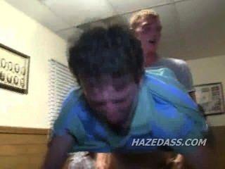 Meninos da faculdade assistem amigo ficar ass fucked
