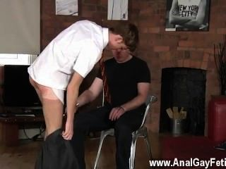 Homens nus, mas depois de todos os que batem, o mestre quer uma fonte spunk