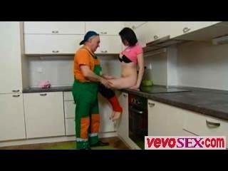 Dasha está esperando em seu contador de cozinha sozinho em um rosa fora vevosex.com
