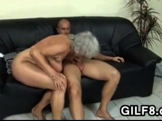 Avó loira leva na bunda