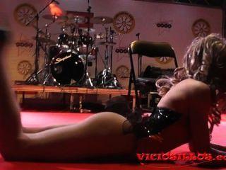 Rastia bideth show de dança no palco em festival erótico by viciosillos.com