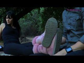 Dominatrix recebe seus pés cócegas
